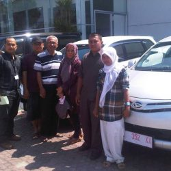 Foto Penyerahan Unit 1 Sales Marketing Mobil Dealer Daihatsu Cirebon Harry