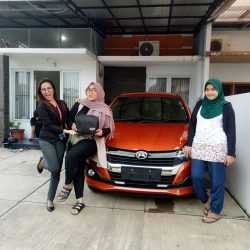 Foto Penyerahan Unit 1 Sales Marketing Mobil Dealer Daihatsu Dewi