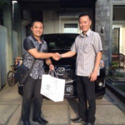 foto-penyerahan-unit-1-sales-marketing-mobil-dealer-mazda-surabaya-ari