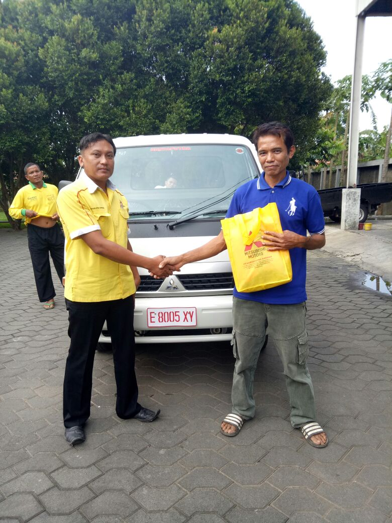 Foto Penyerahan Unit 1 Sales Marketing Mobil Dealer Mitsubishi Cirebon Yanan