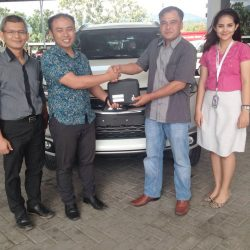 Foto Penyerahan Unit 1 Sales Marketing Mobil Dealer Mitsubishi Padang Tommy
