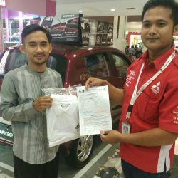 Foto Penyerahan Unit 1 Sales Marketing Mobil Dealer Mitsubishi Tasikmalaya Denis