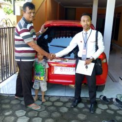 Foto Penyerahan Unit 1 Sales Marketing Mobil Honda Ari