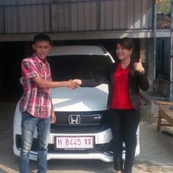 Foto Penyerahan Unit 1 Sales Marketing Mobil Honda Jepara Fafa