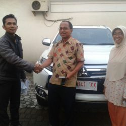 Foto Penyerahan Unit 1 Sales Marketing Mobil Mitsubishi Fendy