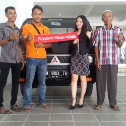 Foto Penyerahan Unit 1 Sales Marketing Mobil Mitsubishi Pekanbaru Calvina Izumi