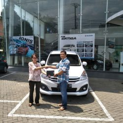 Foto Penyerahan Unit 1 Sales Marketing Mobil Suzuki Sukabumi Ajeng