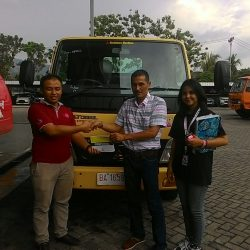 Foto Penyerahan Unit 10 Sales Marketing Mobil Dealer Mitsubishi Padang Tommy