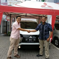 Foto Penyerahan Unit 13 Sales Marketing Mobil Dealer Mitsubishi Satrio