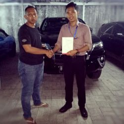 Foto Penyerahan Unit 2 Sales Mareting Mobil Dealer Toyota Ody