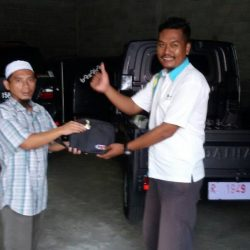 Foto Penyerahan Unit 2 Sales Marketing Mobil Dealer Daihatsu Agung