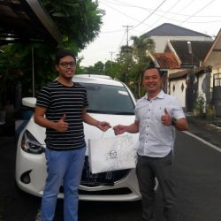 foto-penyerahan-unit-2-sales-marketing-mobil-dealer-mazda-surabaya-ari