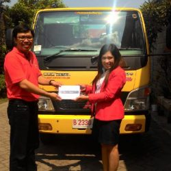 Foto Penyerahan Unit 2 Sales Marketing Mobil Dealer Mitsubishi Madiun Kunti