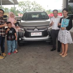 Foto Penyerahan Unit 2 Sales Marketing Mobil Dealer Mitsubishi Padang Tommy
