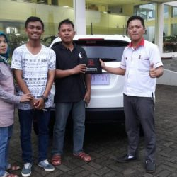 Foto Penyerahan Unit 2 Sales Marketing Mobil Dealer Mobil Honda Kuningan Ronald