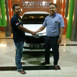 Foto Penyerahan Unit 2 Sales Marketing Mobil Dealer Toyota Jefri