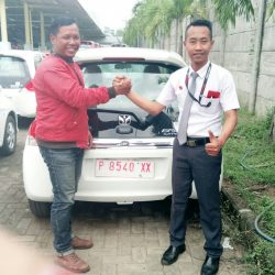 Foto Penyerahan Unit 2 Sales Marketing Mobil Honda Ari