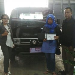Foto Penyerahan Unit 2 Sales Marketing Mobil Suzuki Sukabumi Ajeng