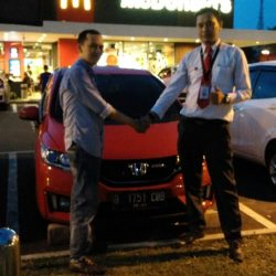 Foto Penyerahan Unit 3 Sales Marketing Mobil Dealer Honda Pondok Indah Adi
