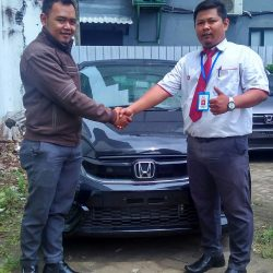 Foto Penyerahan Unit 3 Sales Marketing Mobil Dealer Honda Sidoarjo Rhizal