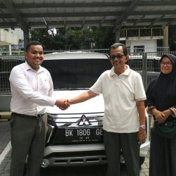 Foto Penyerahan Unit 3 Sales Marketing Mobil Dealer Mitsubishi Satrio