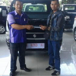 Foto Penyerahan Unit 3 Sales Marketing Mobil Dealer Suzuki Cirebon Hari