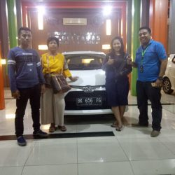 Foto Penyerahan Unit 3 Sales Marketing Mobil Dealer Toyota Jefri