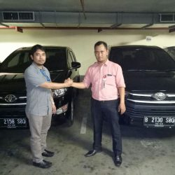 Foto Penyerahan Unit 3 Sales Marketing Mobil Dealer Toyota Joe Hadi