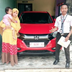 Foto Penyerahan Unit 3 Sales Marketing Mobil Honda Ari