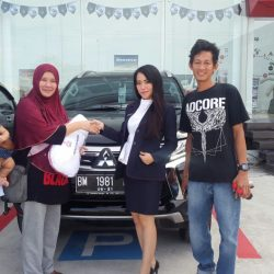 Foto Penyerahan Unit 3 Sales Marketing Mobil Mitsubishi Pekanbaru Calvina Izumi