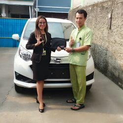 Foto Penyerahan Unit 4 Sales Marketing Mobil Dealer Daihatsu Dewi