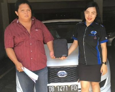 foto-penyerahan-unit-4-sales-marketing-mobil-dealer-datsun-manado-leidy-warouw