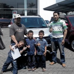 foto-penyerahan-unit-5-sales-marketing-mobil-daihatsu-kudus-farij