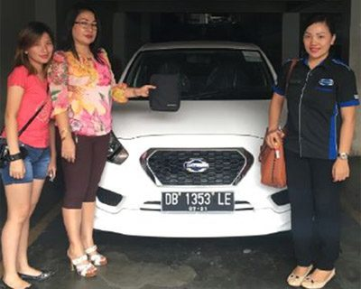 foto-penyerahan-unit-5-sales-marketing-mobil-dealer-datsun-manado-leidy-warouw