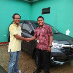 Foto Penyerahan Unit 8 Sales Marketing Mobil Dealer Daihatsu Tryastono