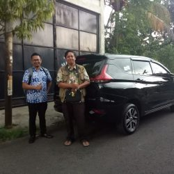 Foto Penyerahan Unit 2 Sales Marketing Mobil Dealer Mitsubishi Beny