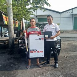 Foto Penyerahan Unit 4 Sales Marketing Mobil Dealer Mitsubishi Beny