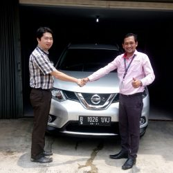 Foto Penyerahan Unit 12 Sales Marketing Mobil Dealer Nissan Ardy