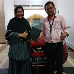 Foto Penyerahan Unit 2 Sales Marketing Mobil Dealer Nissan Ardy