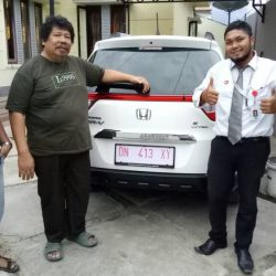 Foto Penyerahan Unit 1 Sales Marketing Mobil Dealer Honda Palu Ijal