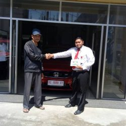 Foto Penyerahan Unit 2 Sales Marketing Mobil Dealer Honda Palu Ijal