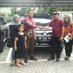 Foto Penyerahan Unit 1 Sales Marketing Mobil Dealer Mitsubishi Satrio