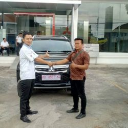 Foto Penyerahan Unit 1 Sales Marketing Mobil Dealer Mitsubishi Solo Agus