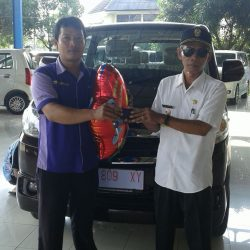 Foto Penyerahan Unit 1 Sales Marketing Mobil Dealer Suzuki Cirebon Hari