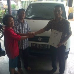 Foto Penyerahan Unit 1 Sales Marketing Mobil Dealer Suzuki Medan Leonard