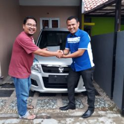 Foto Penyerahan Unit 1 Sales Marketing Mobil Dealer Suzuki Sofyan