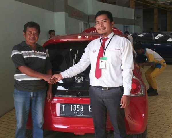 foto-penyerahan-unit-1-sales-marketing-mobil-honda-karawang-andri-naldi