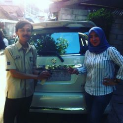 Foto Penyerahan Unit 1 Sales Marketing Mobil Suzuki Narogong Arizki