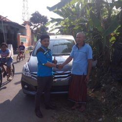 Foto Penyerahan Unit 2 Sales MArketing Mobil Deales Suzuki Sidoarjo Hendro