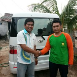 Foto Penyerahan Unit 2 Sales Marketing Mobil Dealer Daihatsu Tryastono